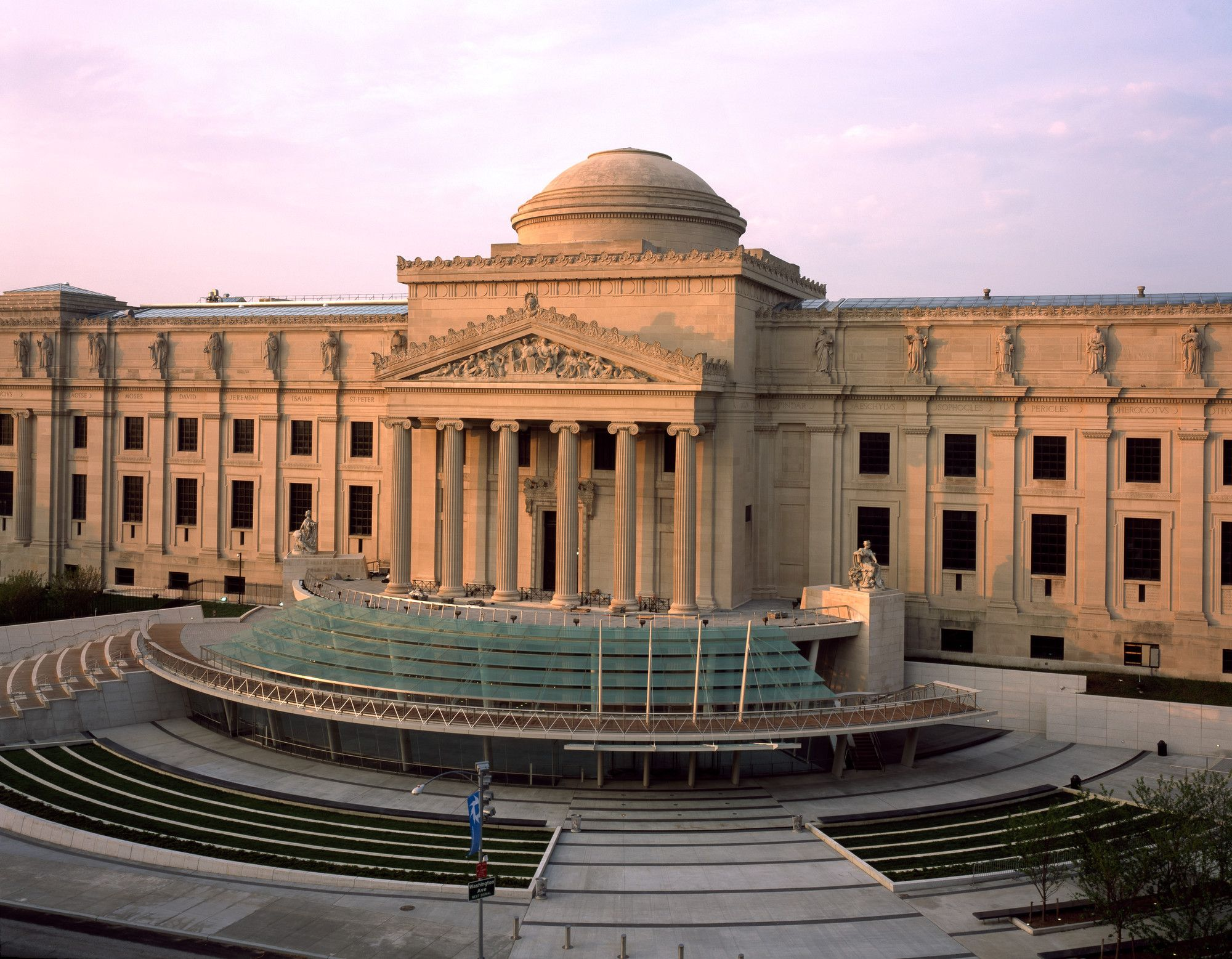 <p>Brooklyn Museum façade and plaza</p>