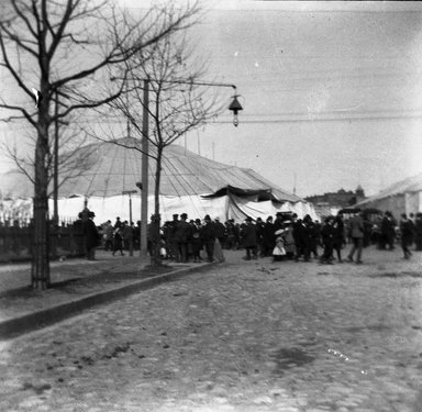 H.S. Lewis. <em>Barnum Circus, Broadway and Halsey Street, Brooklyn</em>, ca. 1902-1913. Negative Brooklyn Museum, Brooklyn Museum/Brooklyn Public Library, Brooklyn Collection, 1996.164.5-16 (Photo: Brooklyn Museum, 1996.164.5-16_SL4.jpg)