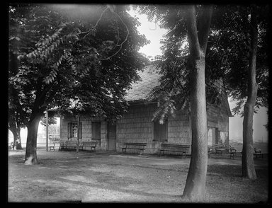 Dr. George S. Ogden (American, active 1900-1915). <em>Schenck House, Canarsie Park</em>, August 5, 1914. Gelatin silver glass dry plate negative Brooklyn Museum, Brooklyn Museum/Brooklyn Public Library, Brooklyn Collection, 1996.164.6-78 (Photo: Brooklyn Museum, 1996.164.6-78_SL1.jpg)