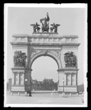 Irving Underhill (American, 1872-1960). <em>Soldiers' and Sailors' Arch, Prospect Park, Brooklyn</em>, ca. 1896-1950. Gelatin silver glass dry plate negative Brooklyn Museum, Brooklyn Museum/Brooklyn Public Library, Brooklyn Collection, 1996.164.8-B1186. © artist or artist's estate (Photo: Brooklyn Museum, 1996.164.8-B1186_glass_IMLS_SL2.jpg)