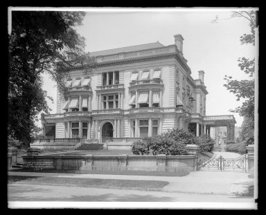 Irving Underhill (American, 1872-1960). <em>Residence Clarence W. Seaman, 789 St. Marks Avenue, Brooklyn</em>, ca. 1903-1928. Gelatin silver glass dry plate negative Brooklyn Museum, Brooklyn Museum/Brooklyn Public Library, Brooklyn Collection, 1996.164.8-B16616. © artist or artist's estate (Photo: Brooklyn Museum, 1996.164.8-B16616_glass_IMLS_SL2.jpg)