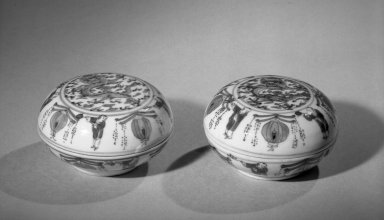 <em>Small Seal Box and Cover</em>, early 20th century. Porcelain with cobalt-blue underglaze decoration., 2 x 3 9/16 in. (5.1 x 9.1 cm). Brooklyn Museum, Gift of the executors of the Estate of Colonel Michael Friedsam, 32.1029. Creative Commons-BY (Photo: Brooklyn Museum, 32.1029_acetate_bw.jpg)