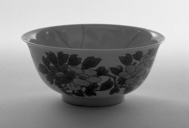 <em>Bowl</em>, 1662-1772. Porcelain with three-color (sancai) glaze, 2 5/8 x 6 in. (6.7 x 15.2 cm). Brooklyn Museum, Gift of the executors of the Estate of Colonel Michael Friedsam, 32.1108. Creative Commons-BY (Photo: Brooklyn Museum, 32.1108_bw.jpg)