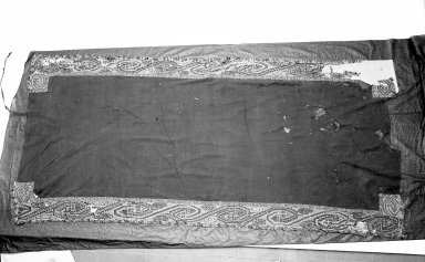 "Paracas Necropolis ""linear"". <em>Mantle</em>, 100 B.C.E.-100 C.E. Cotton, camelid fiber, 110 x 54 in. (279.4 x 137.2 cm). Brooklyn Museum, Alfred W. Jenkins Fund, 34.1550. Creative Commons-BY (Photo: Brooklyn Museum, 34.1550_acetate_bw.jpg)"