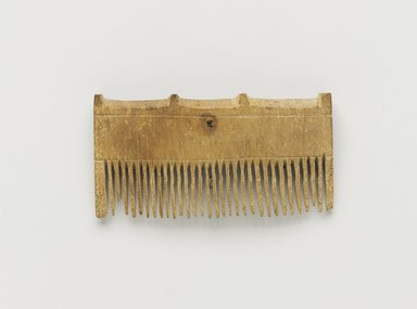 <em>Comb Surmounted by Four Knobs</em>, ca. 1539-1292 B.C.E. Wood, 1 11/16 x 3/8 x 3 1/4 in. (4.3 x 0.9 x 8.2 cm). Brooklyn Museum, Charles Edwin Wilbour Fund, 37.653E. Creative Commons-BY (Photo: Brooklyn Museum, 37.653E_PS4.jpg)