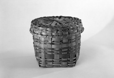 Canarsie. <em>Cylindrical Basket and Round Cover</em>, ca. 1804. Splints, 7 1/2 x 9 1/8 x 9 1/8 in. (19.1 x 23.2 x 23.2 cm). Brooklyn Museum, Gift of Mrs. Charles A. Ditmas, 48.150a-b. Creative Commons-BY (Photo: Brooklyn Museum, 48.150a-b_bw.jpg)