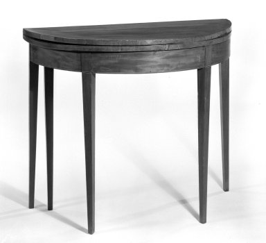 American. <em>Table</em>, late 18th century. Mahogany veneer, 28 3/8 x 35 in. (72.1 x 88.9 cm). Brooklyn Museum, Gift of Elsie O. Hincken, 49.176.1. Creative Commons-BY (Photo: Brooklyn Museum, 49.176.1_bw.jpg)