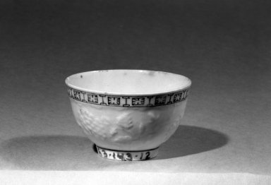 Lowestoft Porcelain Factory. <em>Teabowl</em>. Porcelain Brooklyn Museum, Gift of H. Randolph Lever, 63.143.12. Creative Commons-BY (Photo: Brooklyn Museum, 63.143.12_acetate_bw.jpg)