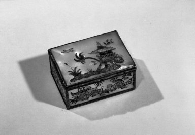 <em>Box</em>, ca. 1770. Mother of pearl, silver, 1 3/8 x 3 x 2 3/8 in. (3.5 x 7.6 x 6 cm). Brooklyn Museum, Anonymous gift, 64.241.10. Creative Commons-BY (Photo: Brooklyn Museum, 64.241.10_acetate_bw.jpg)