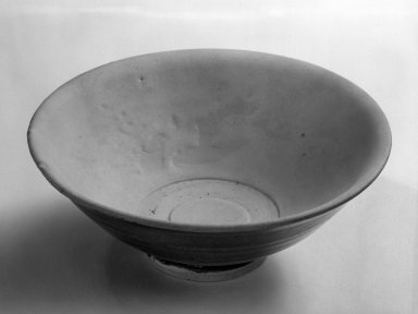 <em>Shallow Bowl</em>, 15th century. Porcelain, iron underglaze, 2 1/2 x 6 5/8 in. (6.4 x 16.8 cm). Brooklyn Museum, Designated Purchase Fund, 75.11.4. Creative Commons-BY (Photo: Brooklyn Museum, 75.11.4_bw.jpg)