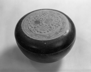 <em>Round Box with Lid</em>, 15th century. Porcelain, glaze, H: 2 1/8 in. (5.4 cm). Brooklyn Museum, Designated Purchase Fund, 75.11.5a-b. Creative Commons-BY (Photo: Brooklyn Museum, 75.11.5a-b_bw.jpg)