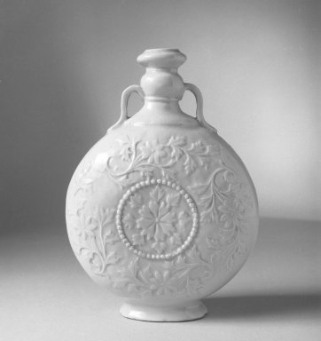 <em>Flat Pot with Double Handles</em>, 19th century. Porcelain, 7 x 5 1/8 in. (17.8 x 13 cm). Brooklyn Museum, Gift of Stanley Herzman, 78.85.58. Creative Commons-BY (Photo: Brooklyn Museum, 78.85.58_bw.jpg)