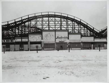 "Stephen Salmieri (American, born 1945). <em>""Coney Island,""</em> 1969. Gelatin silver photograph Brooklyn Museum, Gift of Edward Klein, 82.201.22. © artist or artist's estate (Photo: Brooklyn Museum, 82.201.22_PS2.jpg)"