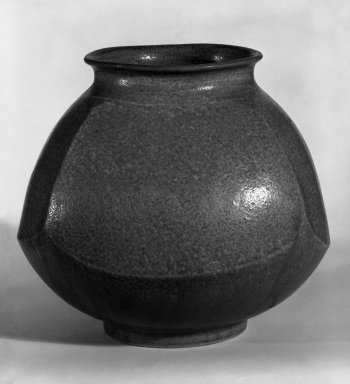 <em>Jar</em>, ca. 1960. Stoneware, 6 1/4 x 7 1/2 in. (15.9 x 19.1 cm). Brooklyn Museum, Gift of Mr. and Mrs. Richard Sneider, 83.173.19. Creative Commons-BY (Photo: Brooklyn Museum, 83.173.19_bw.jpg)