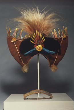 Huli. <em>Headdress and Headband</em>, 20th century. Human hair, feathers, cuscus fur, porcupine quills, reptile skin, dried flowers, button, string, 18 x 15 3/4 x 7 in. (45.7 x 40 x 17.8 cm). Brooklyn Museum, Gift of Marcia and John Friede and Mrs. Melville W. Hall, 87.218.64a-b. Creative Commons-BY (Photo: Brooklyn Museum, 87.218.64.jpg)
