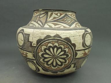 She-we-na (Zuni Pueblo). <em>Jar</em>. Clay, slip, 10 1/4 x 11 13/16 in (26 x 30 cm). Brooklyn Museum, By exchange, 01.1535.2182. Creative Commons-BY (Photo: Brooklyn Museum, CUR.01.1535.2182_view1.jpg)