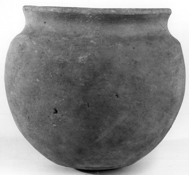 <em>Globular Pot</em>, ca. 3100-2675 B.C.E. Clay, 5 3/8 x Diam. 6 1/8 in. (13.7 x 15.6 cm). Brooklyn Museum, Charles Edwin Wilbour Fund, 07.447.1317. Creative Commons-BY (Photo: Brooklyn Museum, CUR.07.447.1317_NegA_print_bw.jpg)