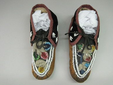 Iroquois. <em>Moccasins</em>, ca. 1800s. Hide, velvet, cloth, beads, 3 × 3 7/8 × 10 1/8 in. (7.6 × 9.8 × 25.7 cm). Brooklyn Museum, Gift of the Edward J. Guarino Collection in memory of Edgar J. Guarino, 2016.11.23a-b. Creative Commons-BY (Photo: , CUR.2016.11.23a-b_top.jpg)