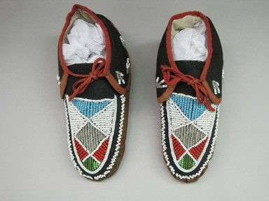 Iroquois. <em>Moccasins</em>, ca. 1880. Hide, cloth, beads, 3 11/16 × 3 1/2 × 9 1/2 in. (9.4 × 8.9 × 24.1 cm). Brooklyn Museum, Gift of the Edward J. Guarino Collection in honor of Kyle Aron Burns, 2016.11.24a-b. Creative Commons-BY (Photo: , CUR.2016.11.24a-b_top.jpg)