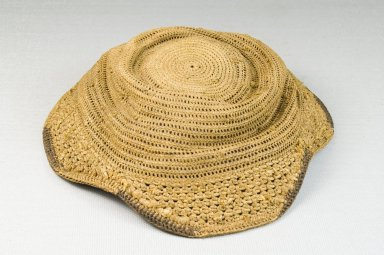 Kuba. <em>Basketry Flat Cap (Laket)</em>, late 19th-early 20th century. Raffia, height: 2 3/4 in. (7 cm); diameter: 6 1/2 in. (16.5 cm). Brooklyn Museum, Museum Expedition 1922, Robert B. Woodward Memorial Fund, 22.1621. Creative Commons-BY (Photo: Brooklyn Museum, CUR.22.1621_front_PS5.jpg)