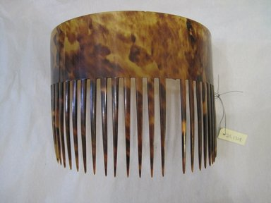 American. <em>Comb</em>, 18th century. Tortoise Shell, 1 15/16 in.  (5.0 cm). Brooklyn Museum, Gift of Mrs. Edwin DuBois, 29.1324. Creative Commons-BY (Photo: Brooklyn Museum, CUR.29.1324.jpg)