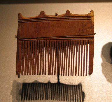 <em>Comb Surmounted by Four Knobs</em>, ca. 1539-1292 B.C.E. Wood, 2 7/16 x 2 7/8 in. (6.2 x 7.4 cm). Brooklyn Museum, Charles Edwin Wilbour Fund, 37.652E. Creative Commons-BY (Photo: Brooklyn Museum, CUR.37.652E_erg456.jpg)