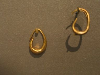 "<em>""Boat"" Earring</em>, ca. 1539-1075 B.C.E. Electrum, 5/8 x 1/8 in. (1.6 x 0.3 cm). Brooklyn Museum, Charles Edwin Wilbour Fund, 37.750E. Creative Commons-BY (Photo: , CUR.37.749E_37.750E_erg456.jpg)"