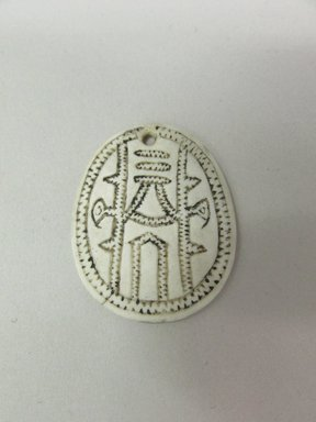 Solomon Islander. <em>Ornament (Ulute or Papafita)</em>. Shell, pigment, 1 1/4 x 1 9/16 in. (3.1 x 4 cm). Brooklyn Museum, Ella C. Woodward Memorial Fund, 40.921. Creative Commons-BY (Photo: Brooklyn Museum, CUR.40.921.jpg)