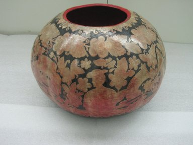 <em>Covered Container</em>, early 20th century. Gourd, lacquer, 14 1/2 x 17 in.  (36.8 x 43.2 cm). Brooklyn Museum, Henry L. Batterman Fund, 41.516a-b. Creative Commons-BY (Photo: Brooklyn Museum, CUR.41.516a-b_detail1.jpg)