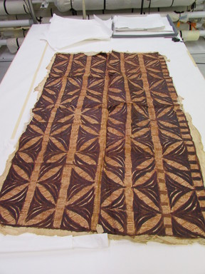 Samoan. <em>Barkcloth (Siapo tasina)</em>, late 19th-mid 20th century. Barkcloth, pigment, 50 3/8 × 70 1/2 in. (128 × 179 cm). Brooklyn Museum, Gift of John W. Vandercook, 51.140.2. Creative Commons-BY (Photo: , CUR.51.140.2_overall.jpg)