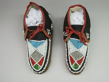 Iroquois. <em>Moccasins</em>, ca. 1880. Hide, cloth, beads, 3 11/16 × 3 1/2 × 9 1/2 in. (9.4 × 8.9 × 24.1 cm). Brooklyn Museum, Gift of the Edward J. Guarino Collection in honor of Kyle Aron Burns, 2016.11.24a-b. Creative Commons-BY (Photo: Brooklyn Museum, CUR.TL2016.18.24_top.jpg)