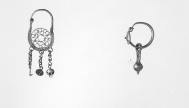 Roman. <em>Earring</em>, 2nd-3rd century C.E. Gold, glass, 1 7/16 x 7/16 in.  (3.6 x 1.1 cm). Brooklyn Museum, Brooklyn Museum Collection, X11. Creative Commons-BY (Photo: , CUR.X11_05.507_NegID_X11_GRPA_print_bw.jpg)