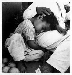 Mariana Yampolsky (Urbach). <em>Puesto de Naranjas</em>, ca. 1980s. Gelatin silver photograph, Sheet: 13 7/8 x 10 7/8 in. Brooklyn Museum, Gift of Marcuse Pfeifer, 1990.119.103. © artist or artist's estate (Photo: Brooklyn Museum, 1990.119.103_bw.jpg)
