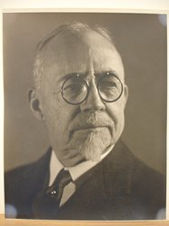 Herman de Wetter (American, born Estonia, 1880-1950). <em>Portrait of Man in Glasses</em>. Gelatin silver photograph, 10 x 8 in. (25.4 x 20.3 cm). Brooklyn Museum, Brooklyn Museum Collection, X894.107. © artist or artist's estate (Photo: Brooklyn Museum, CUR.X894.107.jpg)